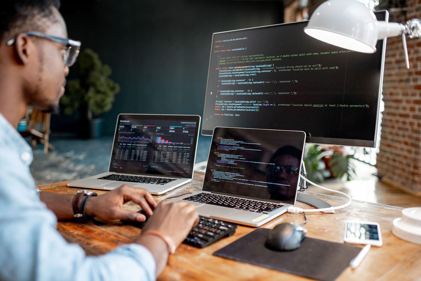 Devenir un développeur web: formation, compétences et qualités